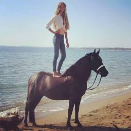 CarolineJoana Horses and Greece on Facebook Horse Riding SARTI Reiturlaub am MEER @ Ausritte in die Natur ringsum SARTI! Wir haben auch für Sie und ihre Familie das passende Angebot. Wir bieten ein Standard Programm oder auch auf ihren individuellen Wunsch hin. Kid´s Club oder Sternenritt, wir haben verschiedene Tages Programme. Ausritt an den Strand, schwimmen mit Pferd, Photoshootings, in einmaliger Location und ein Erlebnis der besonderen ART, ein Highlight in SARTI. Das geheime Paradies auf der Chalkidiki, läßt keine Urlaubs Wünsche offen. Das Kristallklare türkise Meer wird auch Sie überzeugen, Badeurlaub und Reiturlaub in einem. Familienurlaub nach MAß, da ist für jeden etwas dabei! Checken Sie ein, in eine Unterkunft ihrer Wahl in Sarti, Hotel oder Apartment wir gestalten dann ihr Wunsch Reitprogramm gemeinsam.